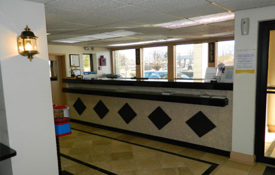 Deluxe Inn & Suites - Reception Area